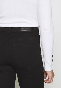 Vero Moda Petite - VMHOT SEVEN MR BIKER PANTS - Jeans Skinny Fit - black - 5
