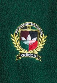 adidas Originals - COLLEGIATE CREST TEDDY TRACK JACKET - Giacca da mezza stagione - green/maroon/conavy - 2