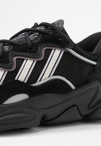 adidas Originals - OZWEEGO - Sneakersy niskie - core black/offwhite/legion purple - 2