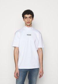 HUGO - DAKAYO - Print T-shirt - white - 0