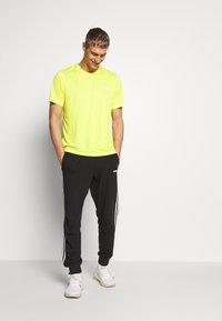 The North Face - MEN'S REAXION AMP CREW - Basic T-shirt - lemon - 1