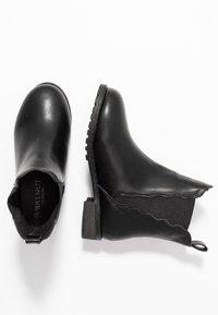 Walnut - KENDALL SCALLOPED BOOT - Kotníkové boty - black - 1