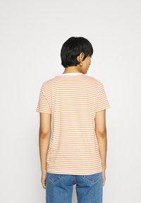 Selected Femme - PERFECT BOX CUT - Print T-shirt - bright white/caramel - 2