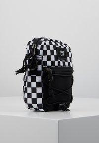 Vans - MN BAIL SHOULDER BAG - Axelremsväska - black/white - 3