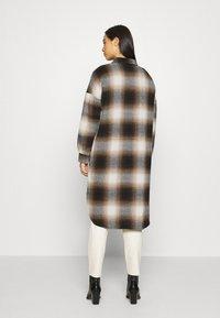 Noisy May - NMFLANNY ELA SHAKET - Klasický kabát - beige/ brown/ black - 2
