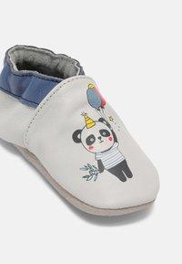 Robeez - BLACK BEARS UNISEX - First shoes - gris fonce/bleu fonce - 2
