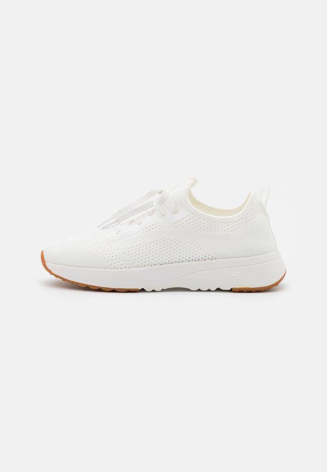 LOLETA  - Sneakersy niskie - white