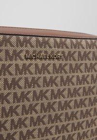 MICHAEL Michael Kors - JET CROSSBODY - Skulderveske - ebony - 5