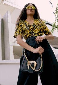 Versace Jeans Couture - BUCKLE SHOULDER BAG - Taška spříčným popruhem - nero - 5