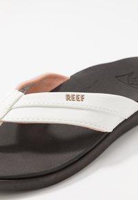 Reef - ORTHO BOUNCE COAST - Sandály s odděleným palcem - brown/white - 5