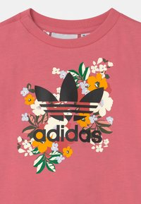 adidas Originals - CREW SET HER LONDON ALL OVER PRINT ORIGINALS TRACKSUIT - Legíny - hazy rose/multicolor/black - 3