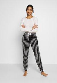Marks & Spencer London - FLEXI STRIPE PANT REGULAR - Pyžamový spodní díl - black/white - 1