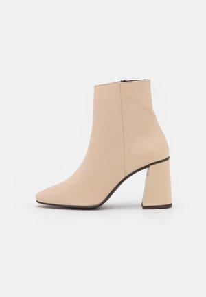 VMKLARA BOOT - Korte laarzen - beige