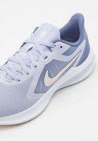 Nike Performance - Zapatillas de running neutras - ghost/guava ice/world indigo - 5