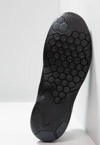 Nike Performance - FLEX EXPERIENCE RN  - Minimalist running shoes - black/anthracite/dark grey - 4