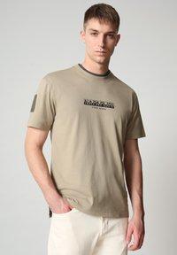 Napapijri - S-OAHU - Print T-shirt - silver sage - 0