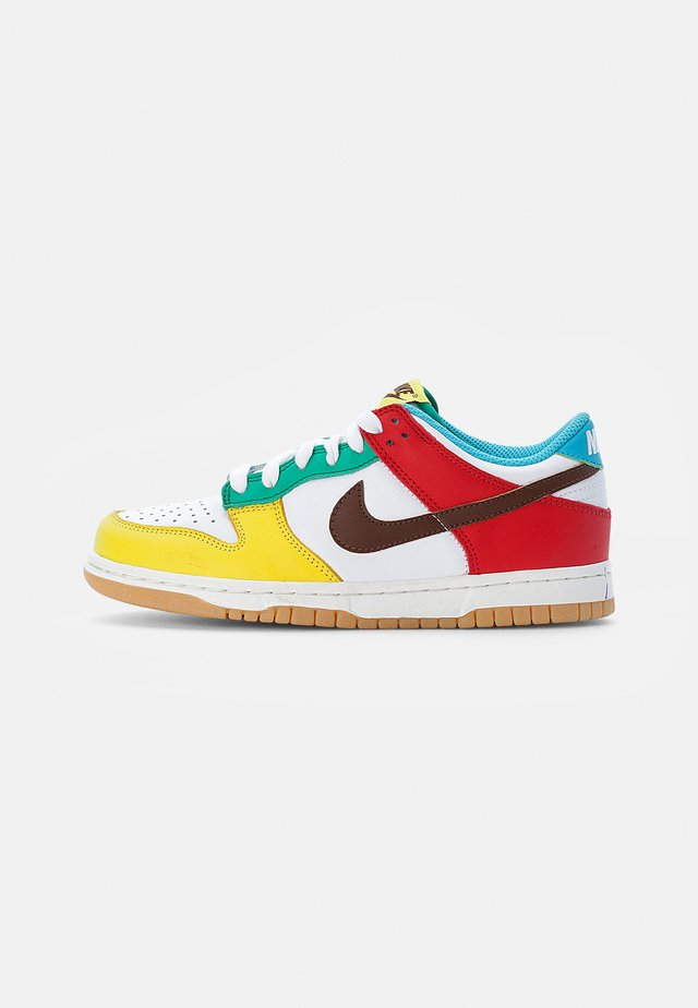 NIKE DUNK LOW - Trainers - white/chocolate-roma green-turquoise blue