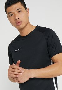 Nike Performance - DRY ACADEMY - T-shirts med print - black/white - 3