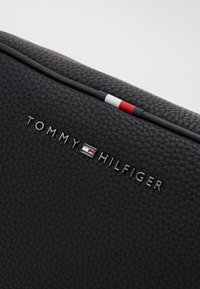 Tommy Hilfiger - ESSENTIAL WASHBAG - Wash bag - black