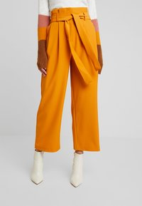 Vila - Spodnie materiałowe - golden oak - 0