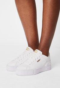 Puma - CALI SPORT CLEAN SD WOMEN'S - Zapatillas - white/shifting sand - 0