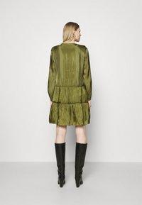 comma - KURZ - Denní šaty - deep green - 2