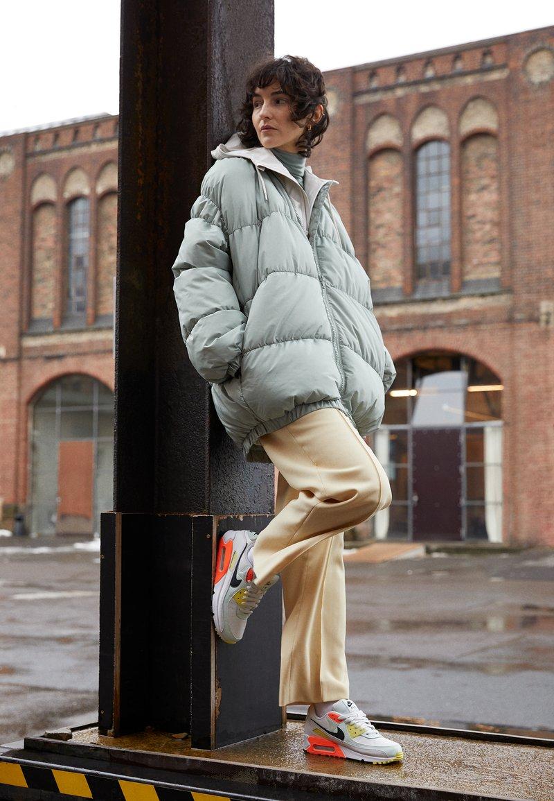 Nike Sportswear - AIR MAX 90 - Trainers - summit white/dark smoke grey/barely green