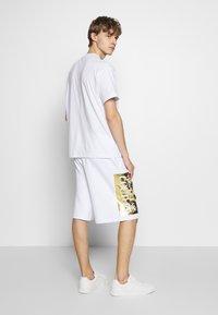 Versace Jeans Couture - LOGO - Pantalon de survêtement - white/gold - 2