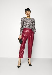 Closet - PLEATED TROUSER - Trousers - maroon - 1