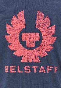 Belstaff - COTELAND  - T-shirt con stampa - deep indigo/flare - 2