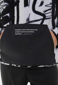 Bershka - MIT KAPUZE UND POLAR-PRINT - Bluza z kapturem - dark grey - 3