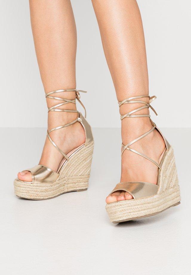 WIDE FIT MAREA - Korolliset sandaalit - gold