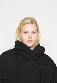 Pieces Curve - PCSAZEL SHORT PUFFER JACKET CURVE - Winter jacket - black - 3