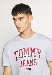 Tommy Jeans - PLAID COLLEGIATE  - T-shirt con stampa - silver grey0001D009U5B - 4