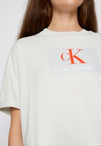 Calvin Klein Jeans - BOXY ROLL UP SLEEVE TEE - Print T-shirt - stone grey - 4