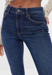Bershka - MIT HOHEM BUND  - Jeans Skinny Fit - blue-black denim - 3