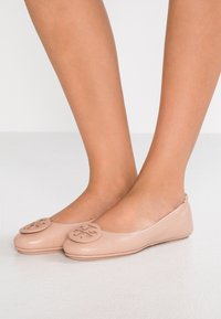 Tory Burch - MINNIE TRAVEL BALLET  - Baleríny - goan sand - 0