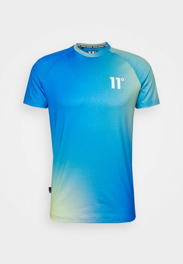 SUN BURST MUSCLE FIT - T-shirt imprimé - blue radiance/avocado green