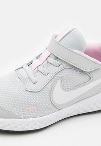 Nike Performance - REVOLUTION 5 UNISEX - Neutrální běžecké boty - photon dust/white/pink foam - 5