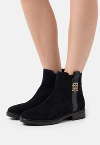 Tommy Hilfiger - INTERLOCK BOOT - Classic ankle boots - desert sky - 0