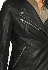 Vero Moda Tall - VMRIAFAVO SHORT COATED JACKET - Imitert skinnjakke - black - 5