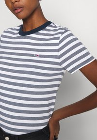 Tommy Jeans - CLASSICS STRIPE TEE - Print T-shirt - white/navy - 5