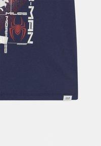 GAP - BOYS TEE - T-shirt med print - military blue - 2