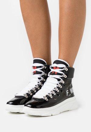 Šněrovací kotníkové boty - black/white
