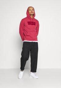 Levi's® - GRAPHIC HOODIE - Bluza z kapturem - tonal earth red - 1