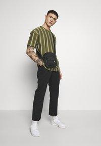 New Look - VERT STRIPE TEE - T-shirt print - light khaki - 1