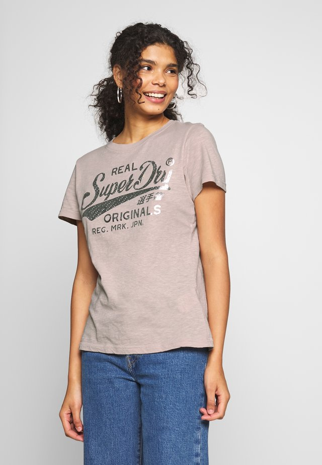 TEXT INFILL ENTRY TEE - Printtipaita - silver cloud