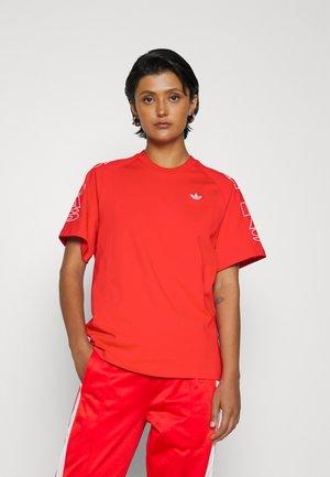 LOOSE TREFOIL MOMENTS - Print T-shirt - vivid red