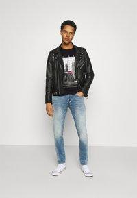 Tommy Jeans - TONAL NY TEE UNISEX - T-shirts print - black - 1