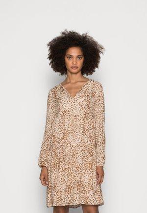 DRESS LEO PRINT - Denní šaty - beige